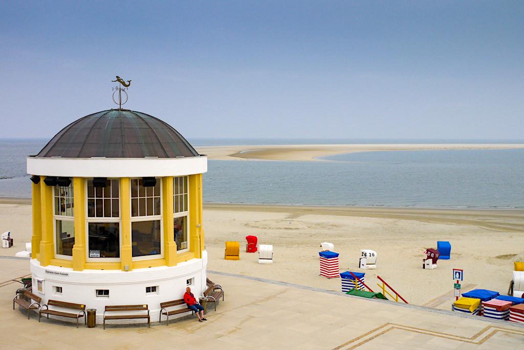 Borkum - der nostalgisch anmutende Musikpavillon ist das Wahrzeichen der Strandpromenade - Ostfriesische Inseln