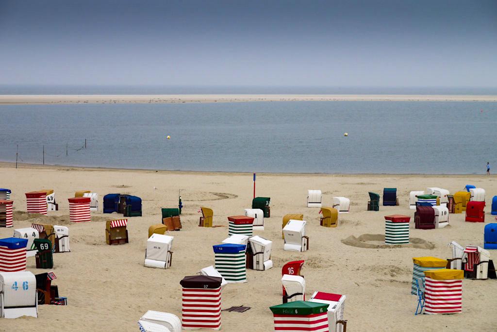 Borkum - Strand, bunte Strandkörbe & im Hintergrund die Seehundbank - Ostfriesische Inseln