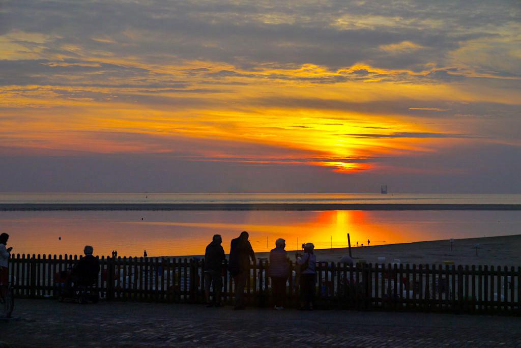 Borkum - Atemberaubende Atmosphäre: Strandpromenade & feuriger Sonnenuntergang - Ostfriesische Inseln