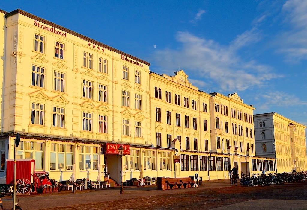 Borkum - Herrlich restaurierte Hotels & Strandpromenade in der Abendstimmung - Ostfriesische Inseln