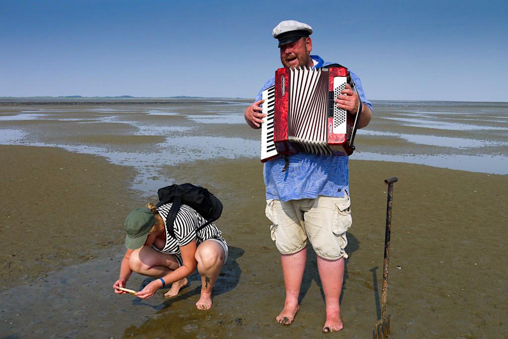 Borkum - Watt'n Konzert: Wattführung mit Akkordeon & Liedern gesungen von Albertus Akkermann - Ostfriesische Inseln