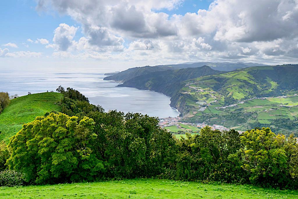Miradouro do Pico dos Bodes: grandioser Ausblick nach Povoacao und die Südküste von Sao Miguel - Azoren