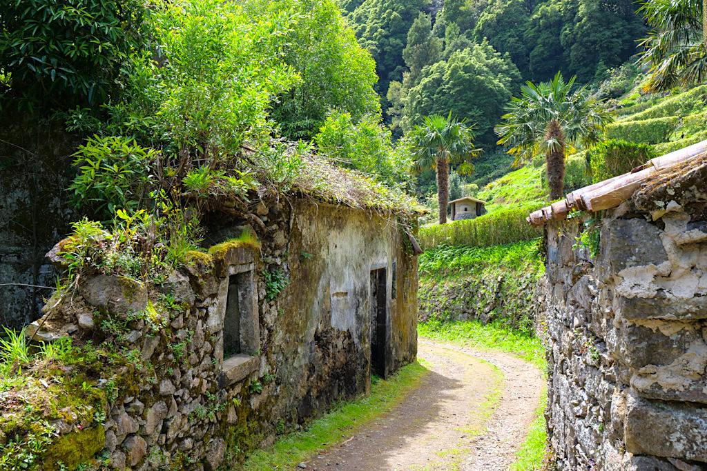 Sanguinho - Wer vom Salto do Prego kommt, erblickt als erstes die Ruinen - Sao Miguel - Azoren