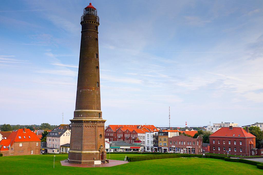 Borkum Wahrzeichen - Ausblick auf den Neuen Leuchtturm mitten in der Stadt - Ostfriesische Inseln