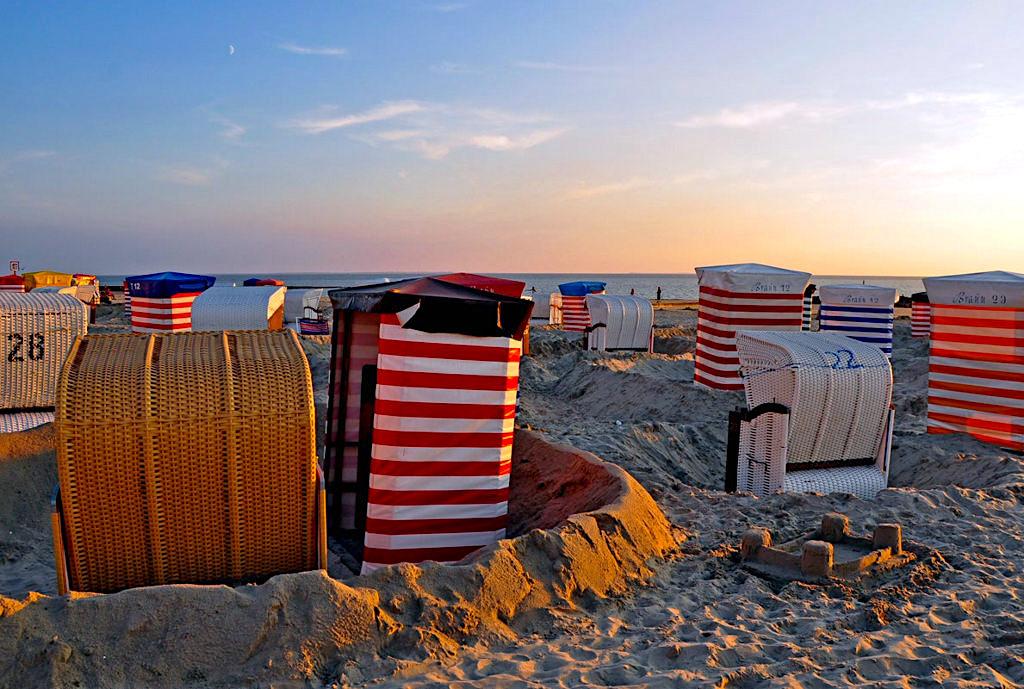 Borkum - Fantastische Abendstimmung mit Strandkörben im Sonnenuntergang - Ostfriesische Inseln