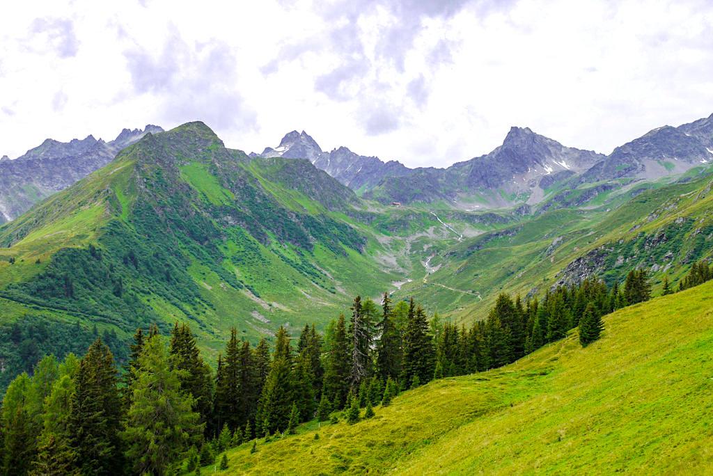 Kieler Weg mit Blick auf die Niederelbehütte und die Verwall-Gruppe - Paznaun - Österreich
