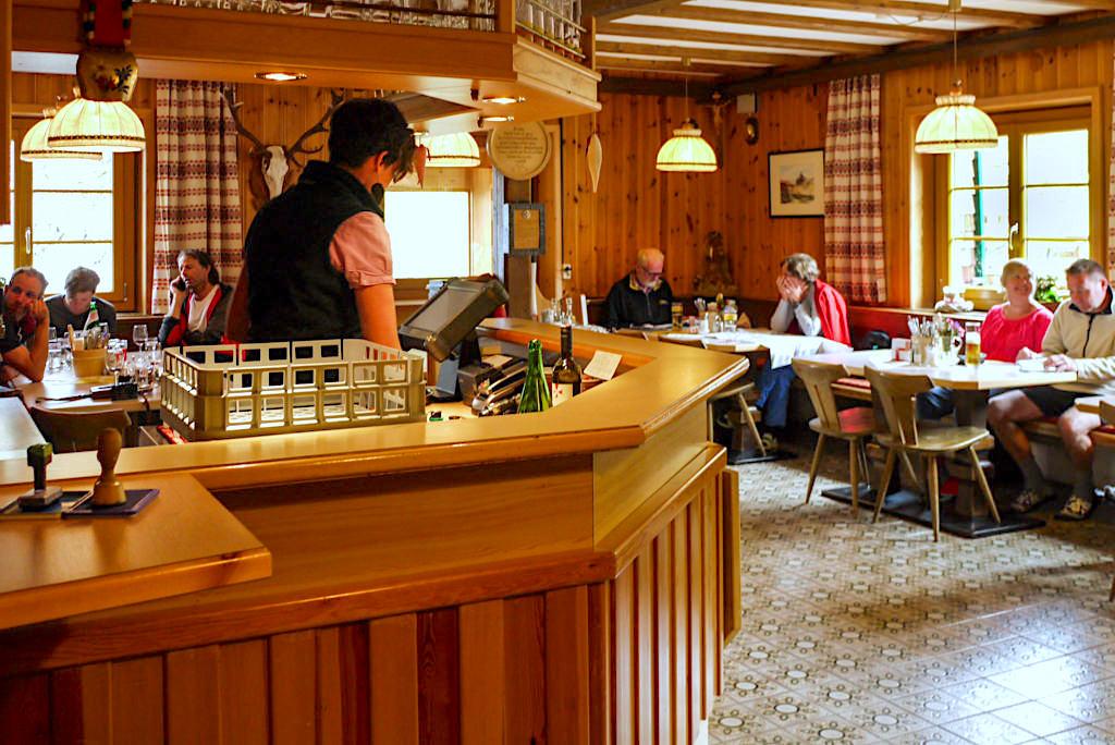 Niederelbehütte - die gemütliche Gaststube lädt zum Verweilen & Genießen ein - Verwall-Gruppe im Paznaun - Österreich
