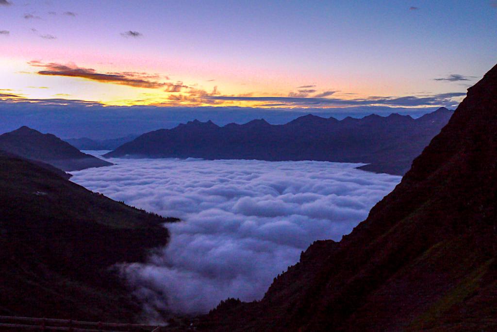 Niederelbehütte - Atmosphäre bei Sonnenaufgang & Nebelmeer über dem Paznauntal - Verwall-Gruppe - Österreich