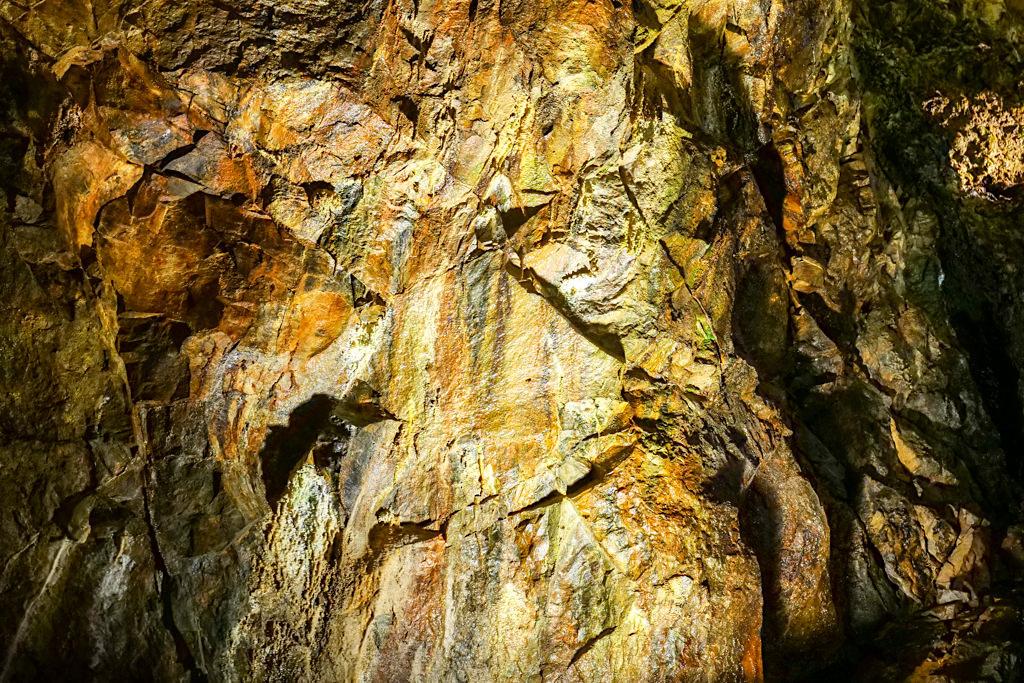 Algar do Carvao - Algen und Eisenoxid bringen Farbe an die Höhlenwände - Terceira - Azoren