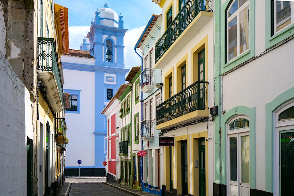 Angra do Heroismo - Blick auf die Kirche der Barmherzigkeit & bunte, liebevoll restaurierte Häuser - Terceira - Azoren