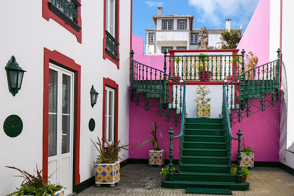 Angra do Heroismo - Schmucke und liebevoll restaurierte Häuser & Innenhöfe erstrahlen in lebensfrohen Farben - Terceira - Azoren