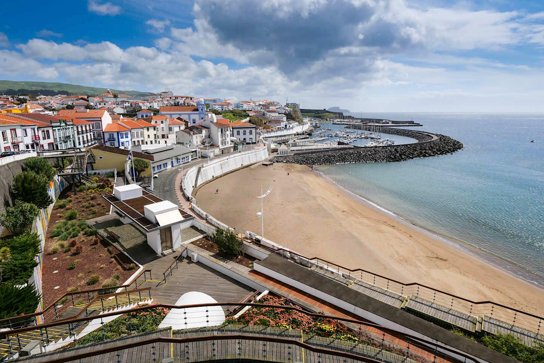 Angra do Heroismo - großzügiger Hauptstrand der Stadt, Parkanlagen & Bucht - Terceira - Azoren