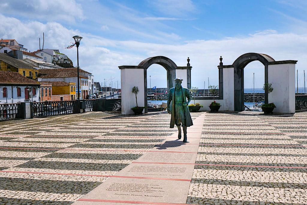 Angra do Heroismo - Vasco da Gama Statue gewidmet dem Entdecker von Terceira am Hafen - Azoren
