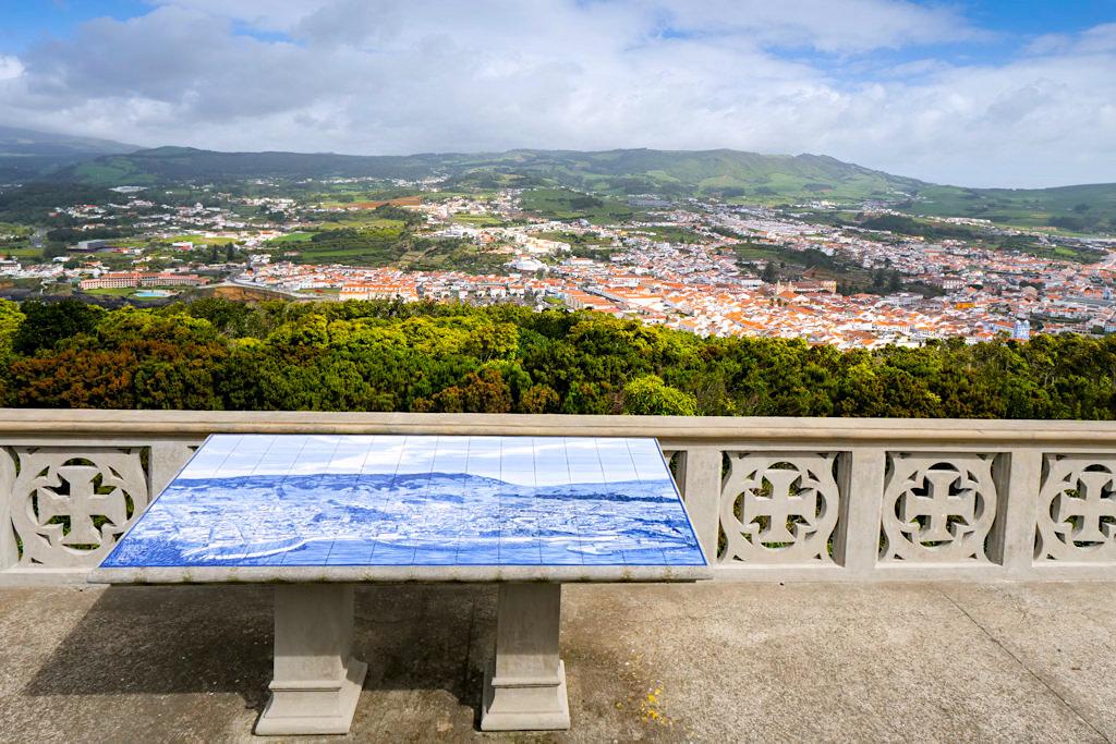 Überwältigend schöner Ausblick vom Monte Brasil auf Angra do Heroismo & das Hinterland von Terceira - Azoren