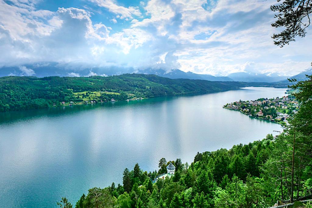 Ausblick von der Waldbühne auf dem Slow Trail Zwergsee: schönste Aussicht auf den Millstätter See - Kärnten in Österreich