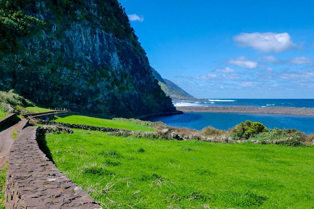 Caldeira de Santo Cristo mit erfrischender Lagune & steilen Felsen - Sao Jorge, Azoren