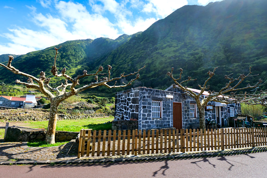 Faja dos Cubres - Einladende Bar, Cafè & Restaurant bei der Kirche des Ortes - Sao Jorge, Azoren