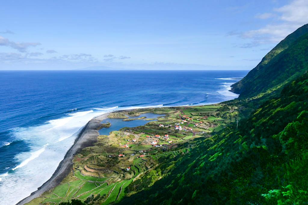 Faja dos Cubres - traumhafter Ausblick von der Serpentinen-Straße hinunter auf die Faja - Sao Jorge, Azoren