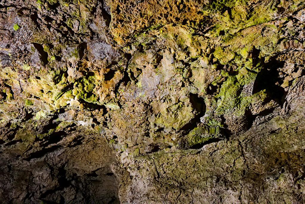 Gruta do Natal - Bunte durch Mineralien gefärbte Gewölbedecke - Terceira - Azoren