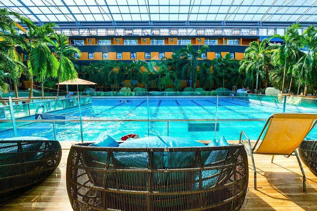 Hotel Victory - Wellenbad der Therme Erding ist früh morgens der Pool des Hotels - Bayern