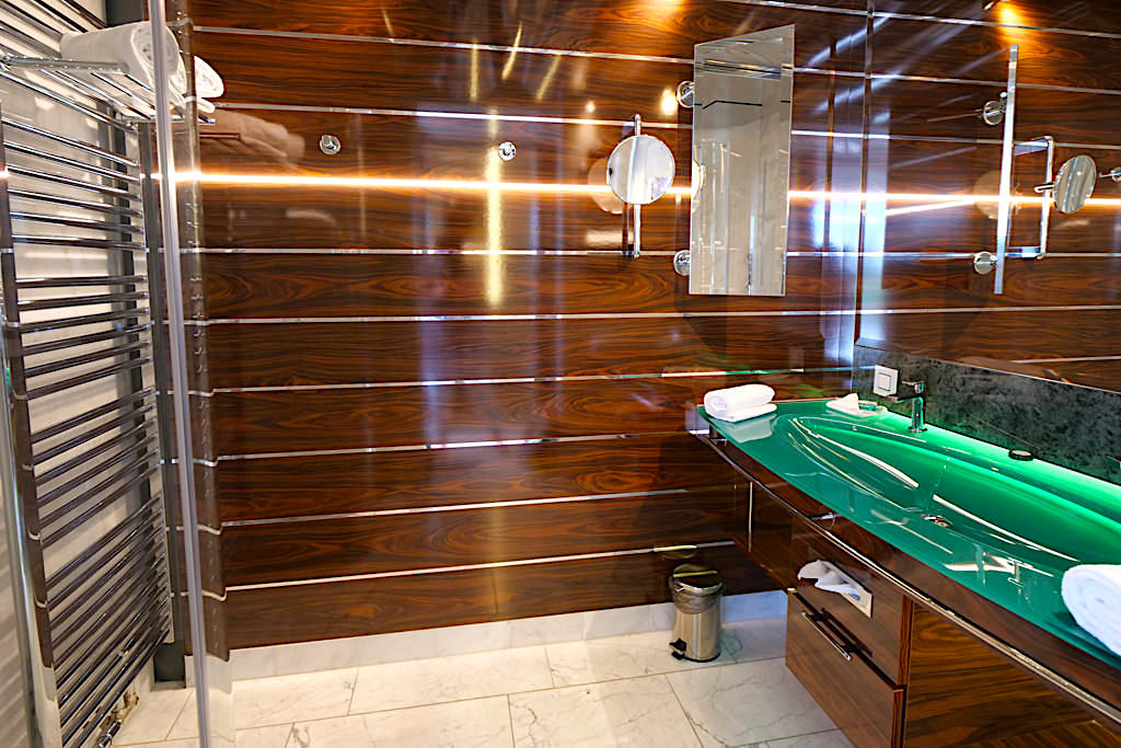 Hotel Victory - Yacht-Kabine: das Bad - Therme Erding - Bayern