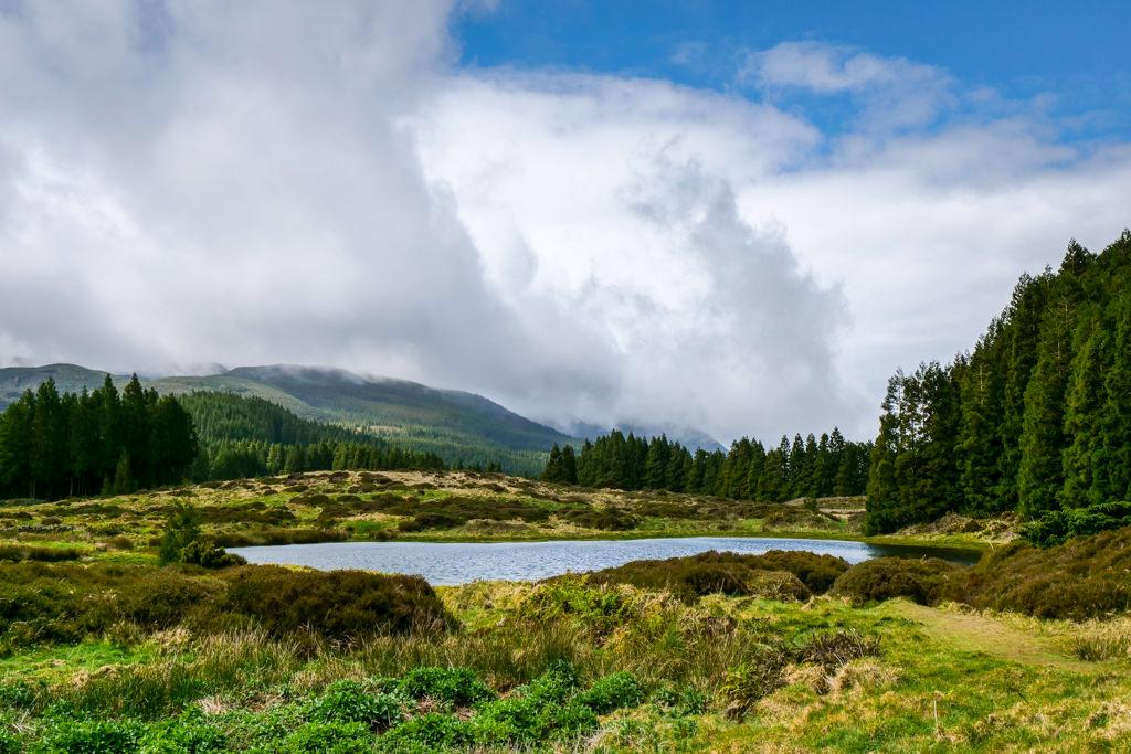 Lagoa Negro oder Schwarzer See direkt bei der Weihnachtshöhle - Terceira Highlights - Azoren