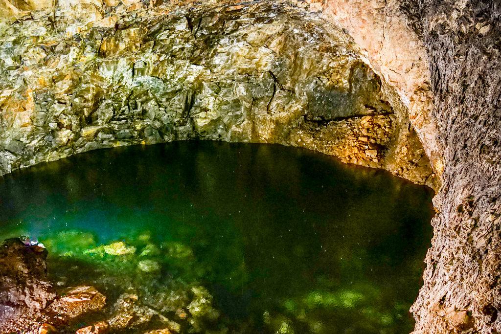 Grüne kleine Lagune auf 90 m Tiefe in der Höhle Algar do Carvao auf Terceira - Azoren