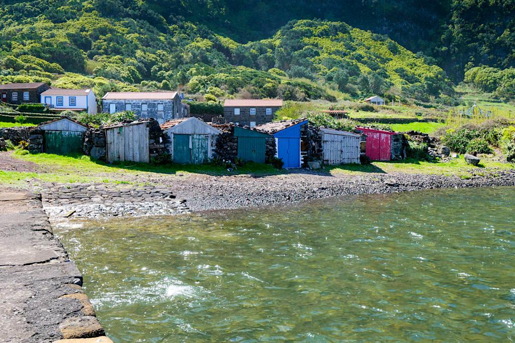 Lagune Faja da Caldeira de Santo Cristi - erfrischende Bademöglichkeit auf der Wanderung nach Faja dos Cubres - Sao Jorge, Azoren