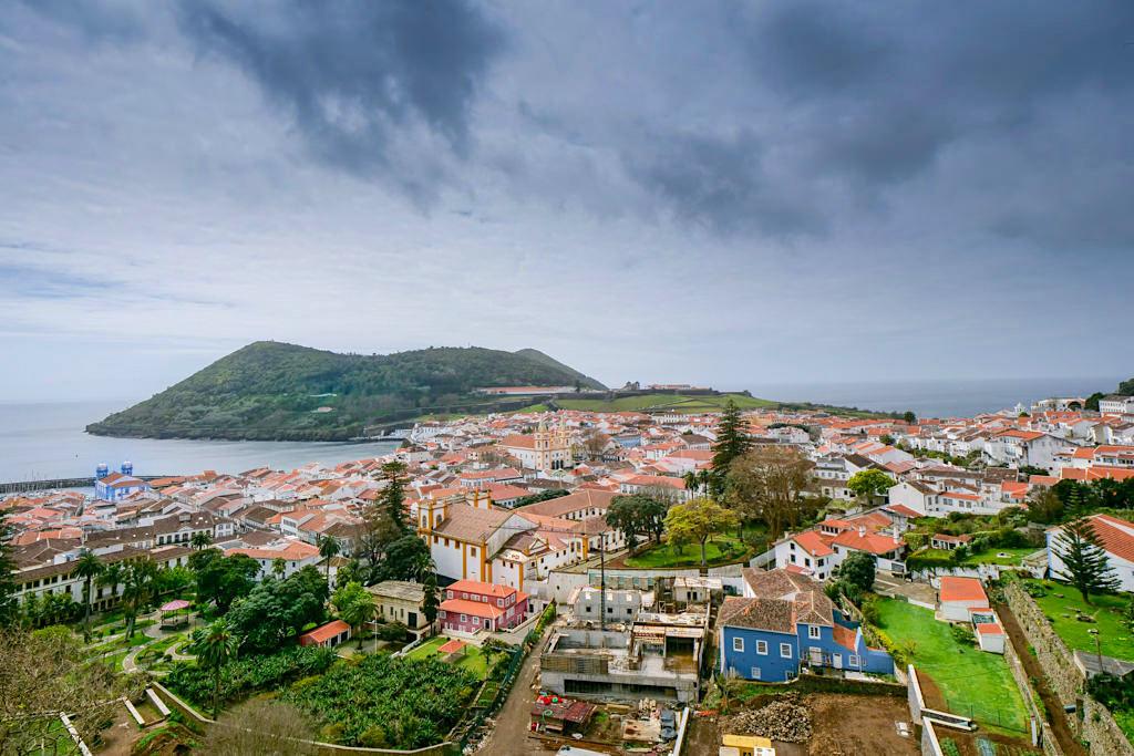 Fantastischer Rundumblick vom Miradoura da Memoria über die Altstadt Angra do Heroismo & Monte Brasil - Terceira - Azoren