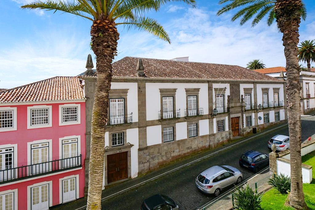 Imposanter Palacio Bettencourt - Historisches Gebäude der spanischen Adelsfamilie in Angra do Heroismo - Terceira
