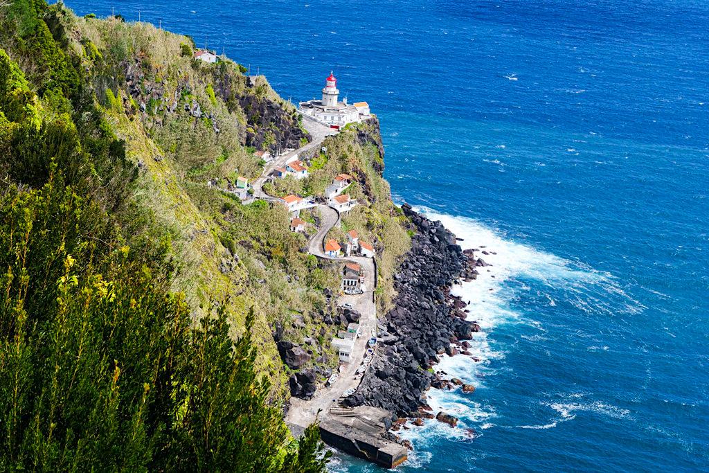 Blick auf den wunderschönen Ponta do Arnel mit dem ältesten Leuchtturm der Azoren - Sao Miguel