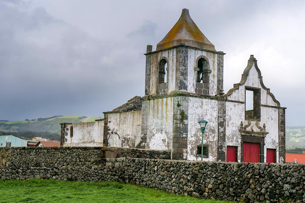 Sao Mateus da Calheta - Verlassene Kirche beim Spaziergang an der Atlantikküste - Terceira - Azoren