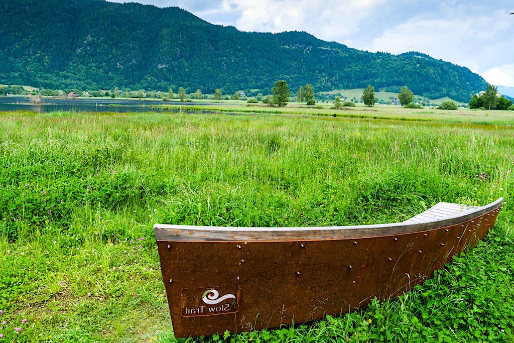 Stylisch geformte Sitzbänke auf dem Slow Trial Bleistätter Moor beim Ossiacher See - Kärnten, Österreich