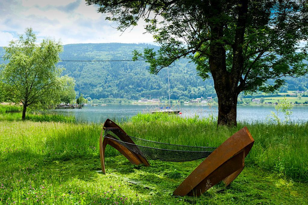Slow Trail Bleistätter Moor - Stylische Hängematten mit Bootsspanten Symbol der Slow Trails am Ossiacher See - Kärnten, Österreich