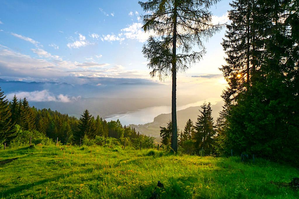 Slow Trail Mirnock - Highlight der Genusswanderung: Fantastischer Ausblick von der Bergfried Hütte auf den Millstätter See - Kärnten in Österreich