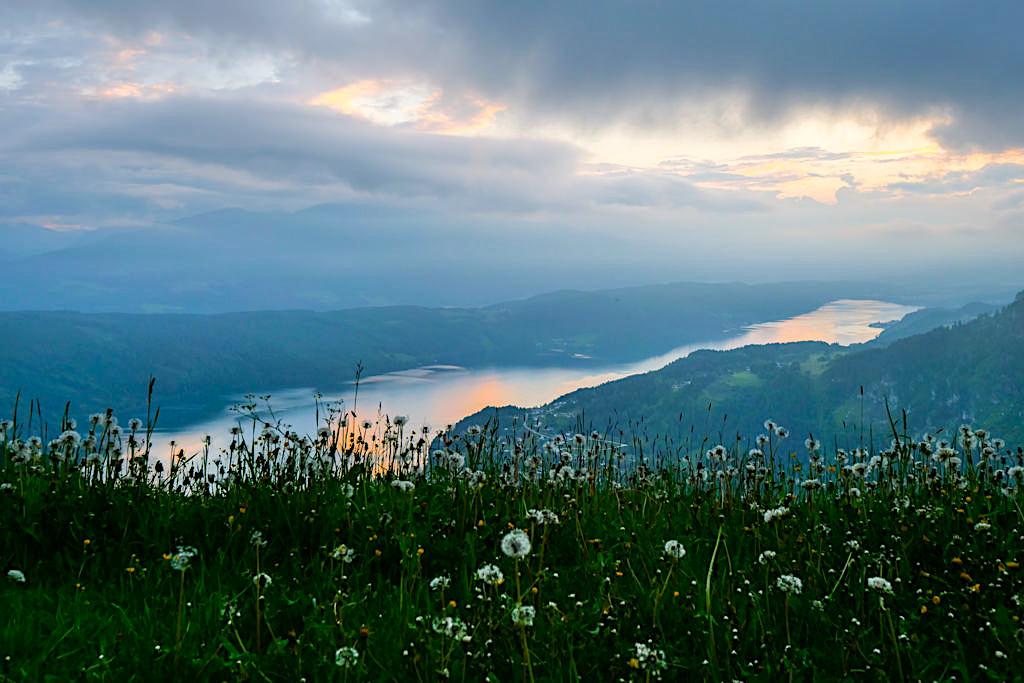 Slow Trail Mirnock - Sonnenuntergang hinter Regen-Wolken mit Blick auf den Millstätter See - Kärnten in Österreich