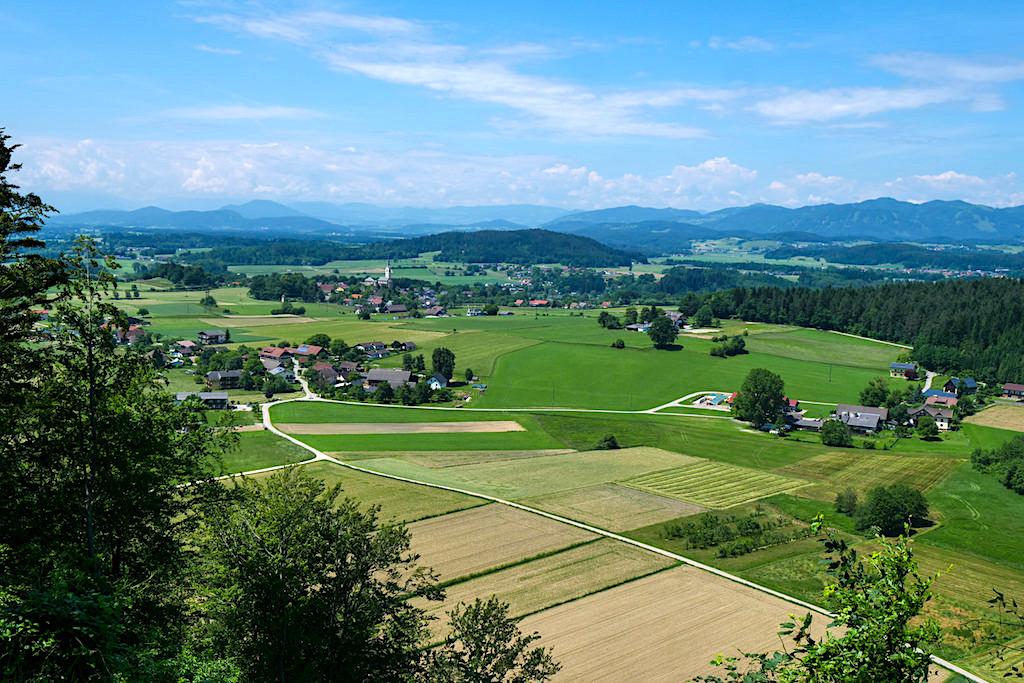 Ausblick auf das Dörfchen Stein im Jauntal vom Slow Trail Kitzelberg - Klopeiner See - Kärnten, Österreich