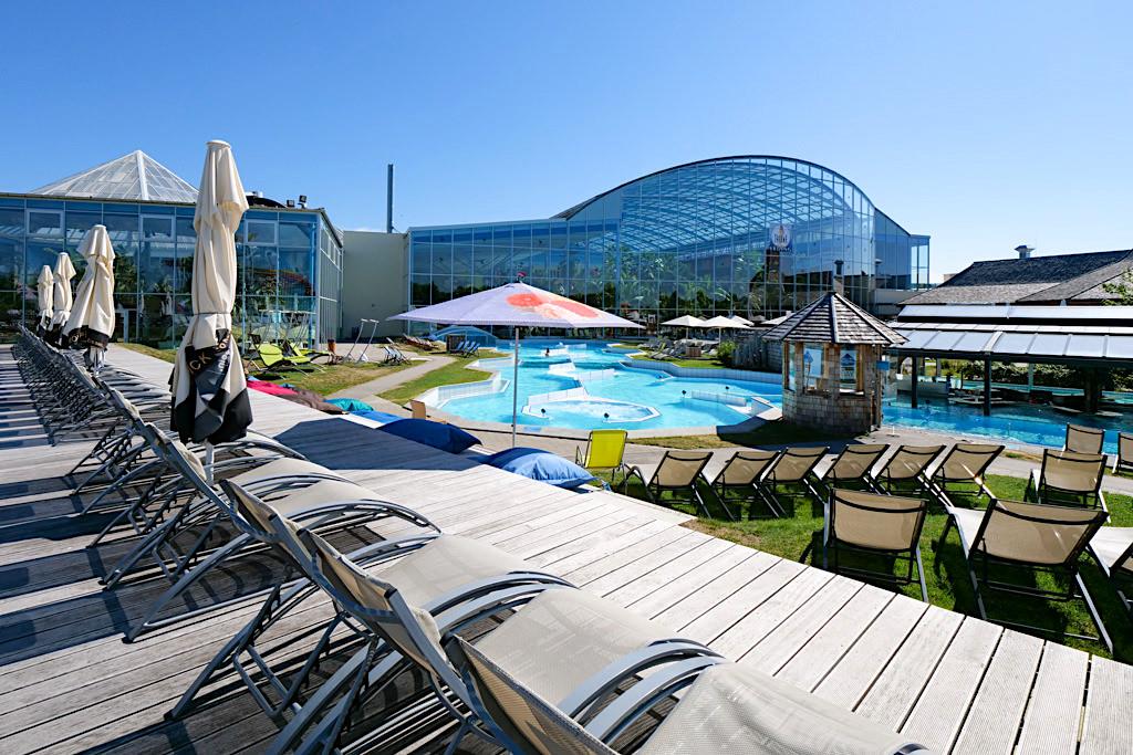 Therme Erding - Außenbereich beim Wellenbad mit Sonnenliegen - Bayern