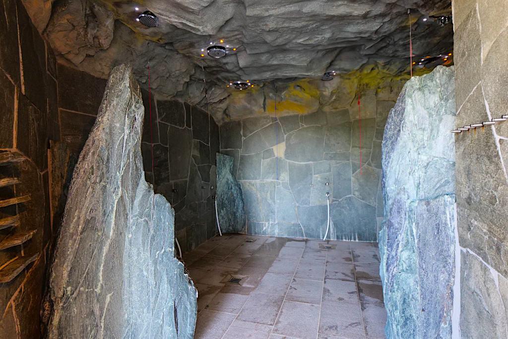 Therme Erding - Felsgrotten-Dusche, Tauchbecken & andere Erlebnisduschen stehen zur Abkühlung bereit - Bayern