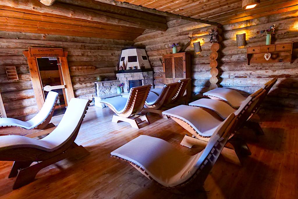 Therme Erding - Sauna & VitalTherme: uriges Kaminzimmer Ruheraum mit Berghütten-Atmosphäre - Bayern