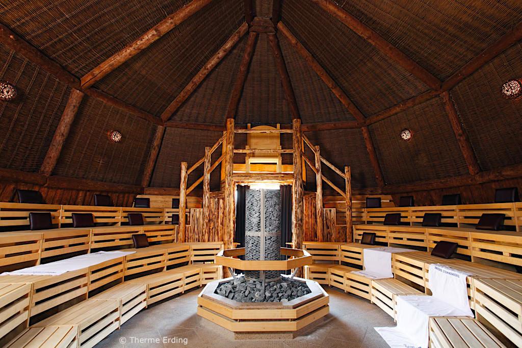 Therme Erding - Sauna & VitalTherme: Kelten-Thron-Sauna mit legendärem Fahnen-Aufguss - Bayern