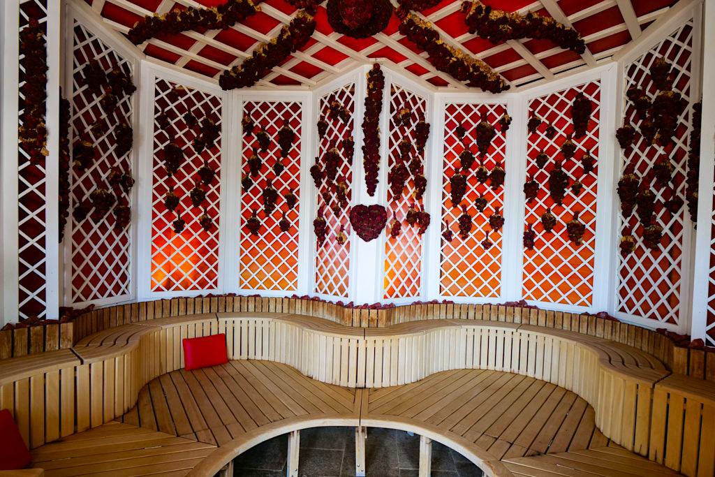 Therme Erding - Sauna & VitalTherme: Rosenpavillon mehr als 2000 echte Rosen sind hier konserviert worden - Bayern