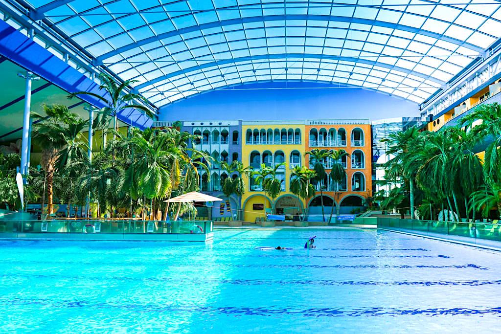 Therme Erding - Wellenbad & bunte Kulisse des Hotel Victory - Bayern
