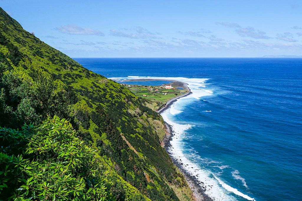 Schönste Wanderung auf Sao Jorge mit Ausblick auf wunderschöne, idyllisch gelegene Faja de Caldeira do Santo Cristo - Azoren