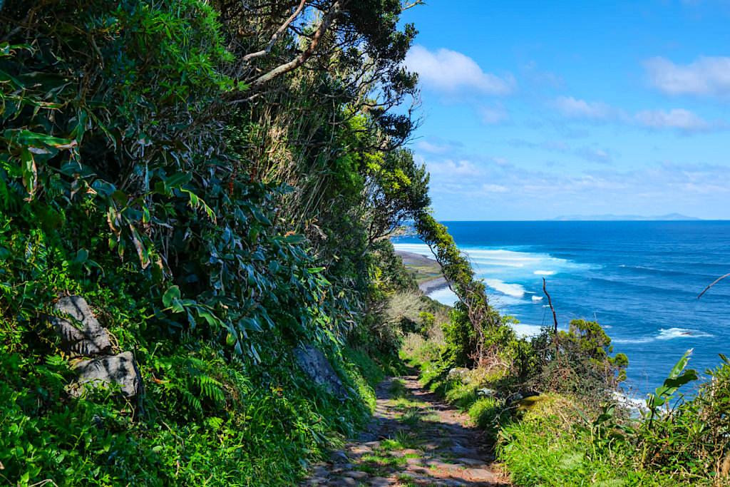 Wanderweg mit faszinierenden Ausblicken: von Serra do Topo zur Caldeira Santo Cristo - Sao Jorge - Azoren
