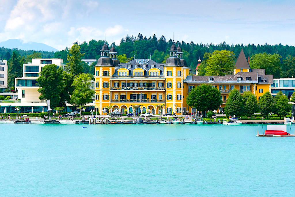 Ausblick auf Schlosshotel Velden vom Wörthersee aus - Kärnten, Österreich
