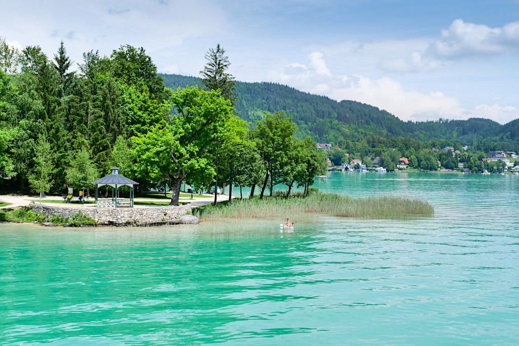 Bucht & kleine Landzunge bei Pörtschach: beliebter Ort für Spaziergänge am Ufer des Wörthersees - Kärnten, Österreich