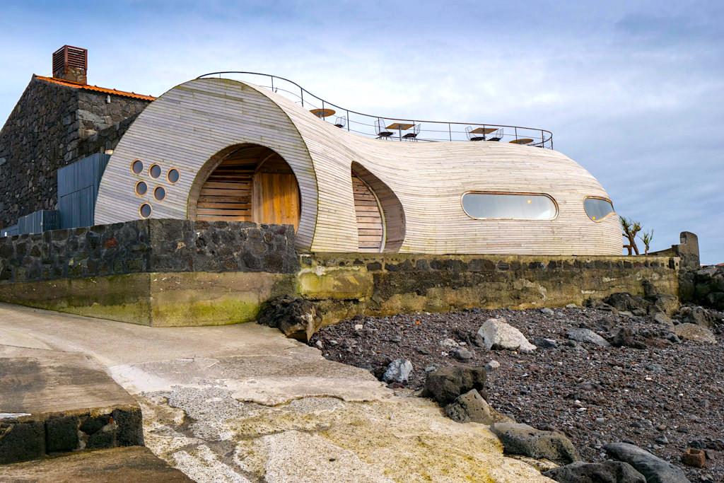 Stylische Cellar Bar bei Madalena lädt zu Weinproben ein - Pico - Azoren