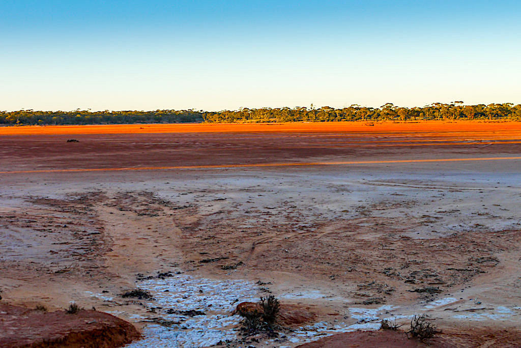 Dundas Nature Reserve: Spektakuläre Farbstimmung am Salzsee - Nullarbor Western Australia