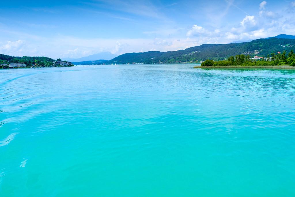 Atemberaubend schön ist das leuchtend türkiserfarbene Wasser des Wörthersee - Kärnten, Österreich